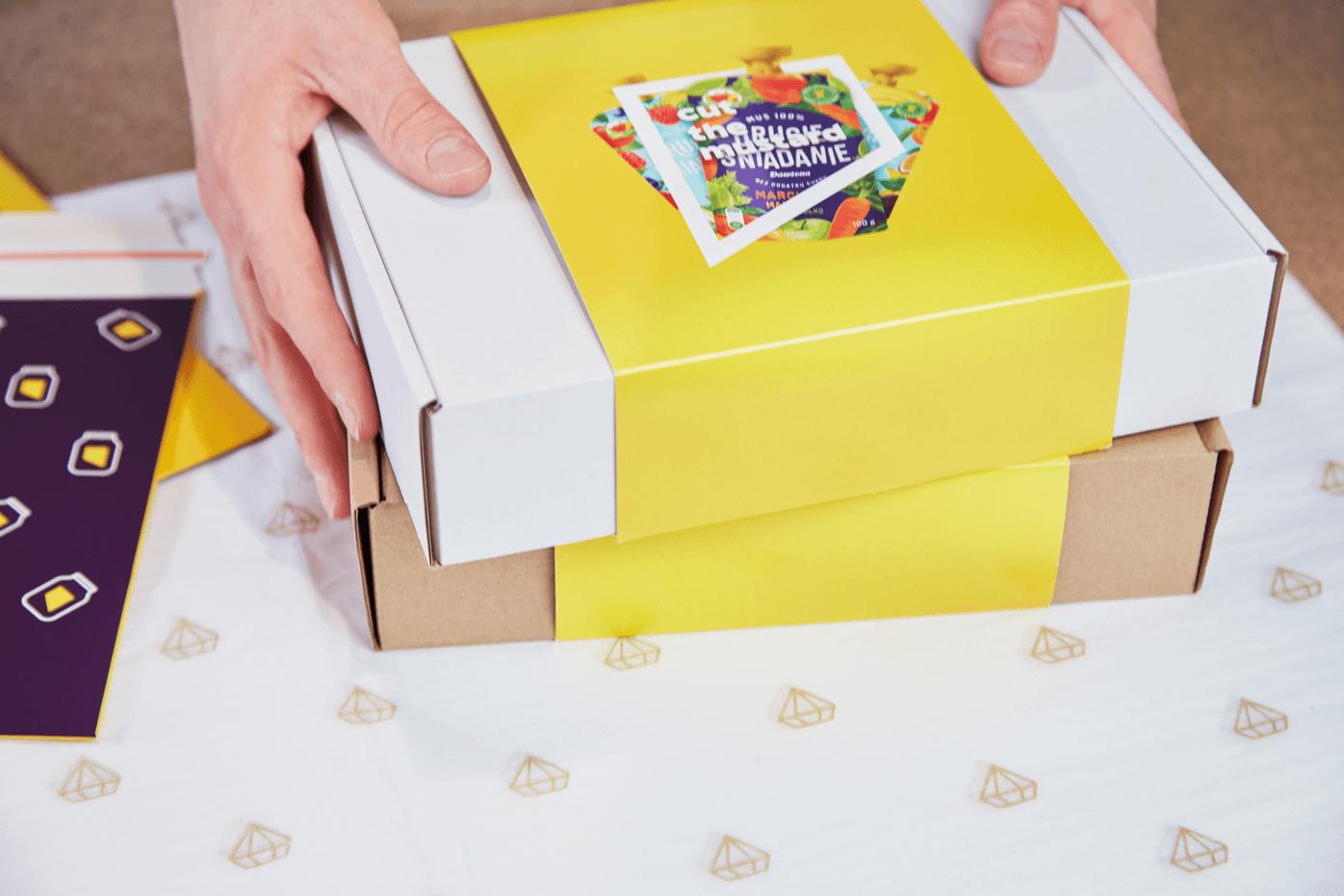 Boîte d'emballage en carton avec bandeau en papier