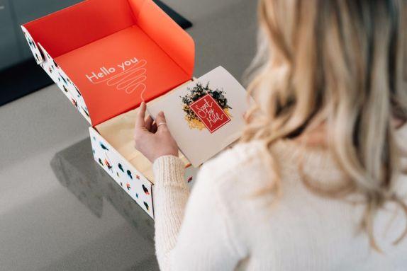 Packhelp scatola con doppia stampa rossa