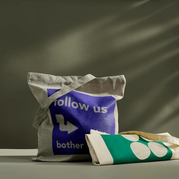 Lichtgrijze en lichtbeige tote bags met prints